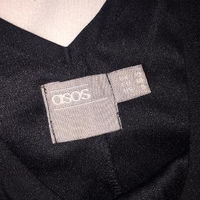Lille sød sort kjole. Kan haves på uden noget inde under men i vintermånederne er den sød over en trøje. Der står at den er EU strørrelse 38, men US størrelse S. Ville sige den passer en Small til Medium.