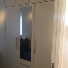 Super fint og rummeligt klædeskab med bøjlestang, hylder og skuffer samt påmonteret spejl.  I ganske fin stand.  Mål (H x B x D): 201 x 147 x 60