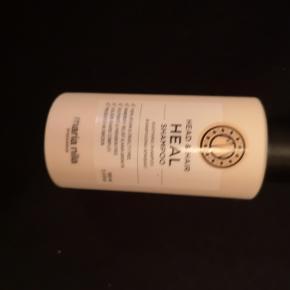 Maria Nila Head & Hair Heal Shampoo... Bemærk dette er en rejse str.  Der en anti-inflammatorisk shampoo, som behandler og forhindrer hovedbundsproblemer og skæl. Den indeholder blandt andet vitamin E, Apigenin og peptider, som virker stimulerende på hårsækkene, og dette resulterer i øget hårvækst, samtidig med at hårtab modvirkes. Maria Nila Head & Hair Heal Shampoo kan bruges til alle hårtyper, og er velegnet til dagligt brug.  Fordele:  Anti-inflammatorisk Behandler og forhindrer skæl og hovedbundsproblemer Modvirker hårtab Giver øget hårvækst Vegan-venligt Uden parabener og sulfater Anvendelse:  Kommes i vådt hår Skummes op Skylles ud Kan gentages ved behov