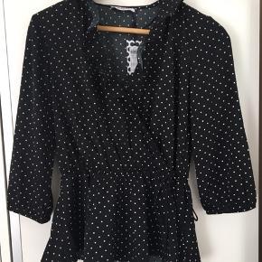 Materialet 100% polyester. Har aldrig fået brugt denne fine bluse, så nu sælger jeg den videre. Nyprisen var 199kr.