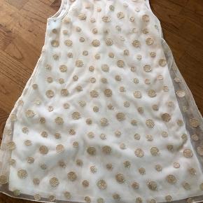Super sød cremefarvet kjole med guldpletter 6-7 år