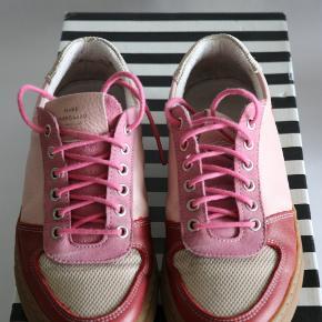 Den sejeste par sneakers fra Mads Nørgaard i rød, lyserød og rosa skind. Jeg har selv skiftet snørebåndene til lyserøde.   Normalt bruger jeg str.38 men de føles større.  Jeg kan passe dem, men jeg kunne nemt passe en str.37.  Brugt med i rigtigt god stand.
