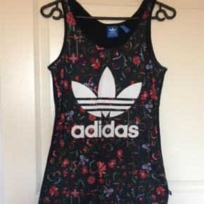 Adidas top købt i Australien. Fejler intet. Brugt få gange.   Prisen er fast, men er til at forhandle ved realistisk bud :)  Skulle du være interesseret i andre ting på min profil kan vi finde en god pris :)  Adidas top multi xs