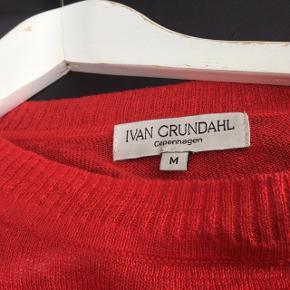 Spritny postkasserød ( den kan godt se pink ud på nogle af billederne men den er rød) asymmetrisk strik i hør fra Ivan Grundahl i str M. Brystmål ca 65 cm x 2 Nypris 1699, sælges for 400,- kr excl forsendelse