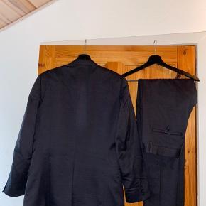 Flot og klassisk jakkesæt i sort. Sælges, da det er blevet for småt.
