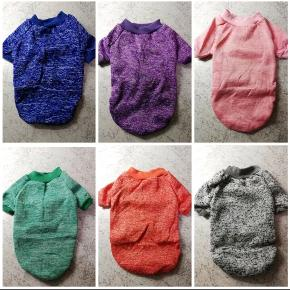Let og lun hundetrøje til de kolde dage - findes i 6 forskellige farver.  Alle trøjerne er nye og stadig i emballage.   Mørkeblå/maleret findes i størrelse: S, M, XL Lilla/maleret findes i størrelse: XL Pink/maleret findes i størrelse: S, XL Grøn/maleret findes i størrelse: L Orange/maleret findes i størrelse: M, XL Grå/maleret findes i størrelse: M, XL  STØRRELSESGUIDE;  S: Hals: 20 Bryst: 32 Ryg: 22  M: Hals: 23 Bryst: 38 Ryg: 25  L: Hals: 28 Bryst: 41 Ryg: 29  XL: Hals: 35 Bryst: 53 Ryg: 40  Fragt er inkluderet i pris