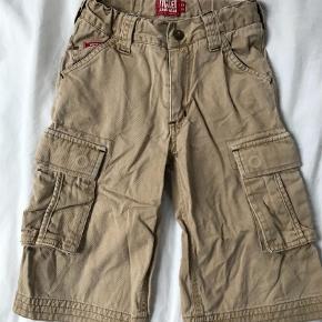 Varetype: Shorts Farve: Khaki  Smarte khaki shorts med lommer, str 110. Gmb.   Mp 40pp