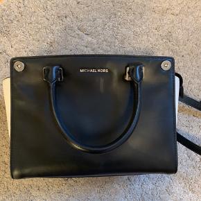 Fin Michael Kors taske, kan bruges som håndtaske og Crossbody  Sort med hvide ender  Købt i Verona kvittering haves