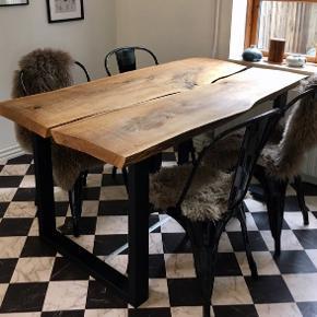 Helt unikt og lækkert plankebord i massiv egetræ 🌳  Fremstillet af 50 mm tyk egeplanke som er købt hos lokalt savværk. Skovet på Vestfyn, lagret og tørret i tørrehal i min. 21 mdr, opbevaret ved stuetemperatur inden bordet er samlet.  Plankerne har fået kanterne afbarket, er blevet slebet, pudset og er behandlet med koldpresset linolie.  Bordben i robust 80x40 mm metal, sortlakeret.   H: 76 cm L: 150 cm B: 80-87 cm  Sender gerne flere billeder af bordet