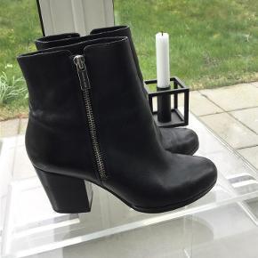 Varetype: Støvler Farve: Sort  Flotte støvler, har skrevet god men brugt, men de fejler intet. Sælges for 350 plus porto med Dao Har mobilepay En evt køber betaler de 5% ved Tspay
