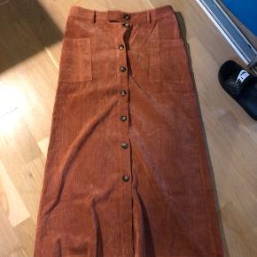 Lækker fløjl lang nederdel i den flotteste farve str. M Bytter ikke