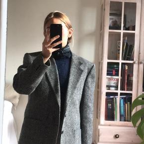 Vintage uldblazer i oversize look - perfekt med sweater under, købt i Paris  Har then på slid på ærmet som det ses på billede 2
