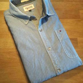 Dejlig afslappet skjorte fra Hilfiger Denim. Utrolig behagelig. Er praktisk talt som ny. Nypris: 1000,-  Se også alle mine andre annoncer med mærkevarer af meget høj kvalitet og stand, til vanvittigt lave priser.