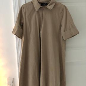 Fin kjole. Sælges da den er lidt for kort til mig, og jeg derfor ikke har fået den brugt.