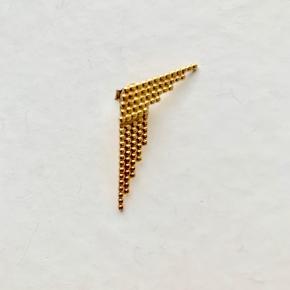 Maria Black 1 stk. Snow earring med 1 stk Snow Reverse earring i guldbelagt Sterling sølv. Snow earring kan også bruges uden Snow Reverse, så den bare sidder som en almindelig ørering. De sælges samlet. Ny pris for begge stk er 800kr.  Jeg bytter ikke.