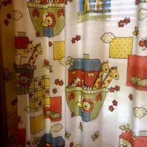 Rigtig fine unisex  gardiner til børneværelset, passer til et vindue med mål 130x130 cm, sælges uden gardinstang