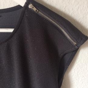 Noisy May - glimmer kjole Str. L Næsten som ny Farve: grå med glimmer og lynlås detaljer på skulder Lavet af: 96% polyester og 4% elasthane Style: NMVIVI CAPSLEEVE SHORT DRESS Mål: Brystvidde: 106 cm hele vejen rundt Livvidde: 104 cm hele vejen rundt Længde: 95 cm Køber betaler Porto!  >ER ÅBEN FOR BUD<  •Se også mine andre annoncer•  BYTTER IKKE!