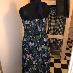 Rigtig fin forår/sommerkjole let og luftigt stof. Grundfarven er blå med palmetræer.  Retro og swing kjole.
