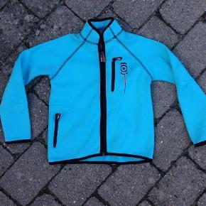 Softshell jakke i blå  Super fed Molo soft Shell , kun brugt få gange da lynlåsen gik i stykker. Så denne skal skiftes. Sælges derfor billigt som et Gør det selv projekt :-)  Pris: 50 kr pp