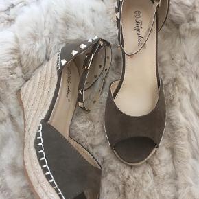 Brand: Lily Shoes Varetype: Med nitter - passer til BUCH Farve: Khaki  OBS: Kun handel via KØB NU (læs profil).    Lækre wedges med gyldne nitter og kontrastfarvede stikninger.  God pasform.  Normale i str.    Bytter ikke.  Prisen er fast.  Porto = DAO.