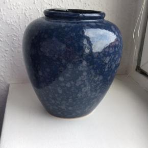 Sælger denne super fine West Germany keramik vase. Den er i tip top stand. 18 cm høj.