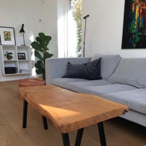Emma Nordic Wood design, sofabord i kraftig dansk egeplank og sorte pulverlarkerede stålben. Bordplade er skåret ud fra et 5,5 cm. Stykke plank, håndpoleret/slebet, og naturolieret. B: 54 L: 98 H: 40 Mindstepris 3250,- bud modtages