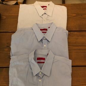 Købte disse 3 XL slim fit skjorter som ny. Desværre er de en smule for store, så jeg har kun brugt dem enkelte gange under en blazer. Afhentes vasket, men ikke strøget.