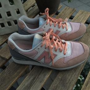 Super fine New Balance Sneakers i fersken og sølvgrå nuance str. 37,5 brugt få gange købt et1/2 nr for små, fejler intet. Nypris 799 kr.  Pris 150 kr + porto