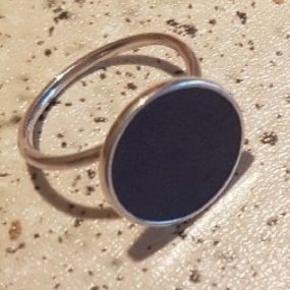 Regulerbar sterling sølv med blå emalje. Str. ca. 52/53