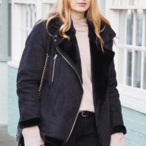 Topshop shearling jacket Brugt 2 gange Ligner dem på billedet Nypris 900kr Byd!