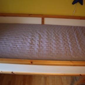 Velholdt høj seng med god madras  (10x90x200) og og sengetelt (blåt med stjerner).  Træramme i fyrretræ.  Siderne er hvide på den ene side og blå på den anden, og kan vendes.