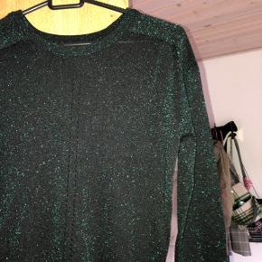 Fin strik i grøn med glimmer