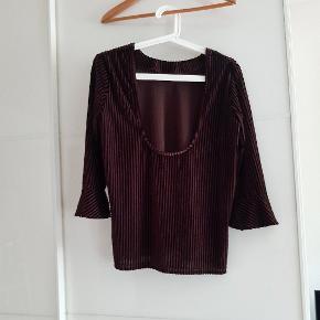 Super fin retro, halv gennemsigtig trøje eller top med sarte velour striber åben ryg og flæse ærmer. Går flot med højtaljede underdele😍