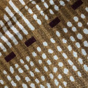 Helt nyt tæppe sælges. Stadig med prismærke. Det var et fejlkøb.  Måler 80 x 150cm  Sender gerne 🤗✨
