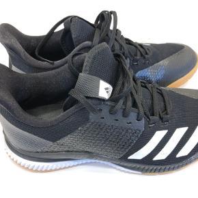 Næsten ny Adidas Ligra 6 sko i sort sælges. Brugt 1 gang, står nærmest som ny indendørs sko.   Nypris 450,-  Skal afhentes i Køge eller sendes for købers regning.