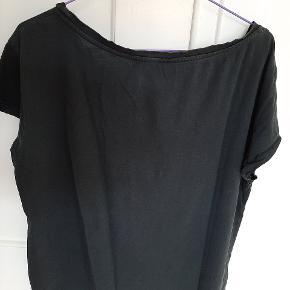 XS Bred model, lomme foran, farven er faded, men absolut en fed T-shirt fra Nørgaard.