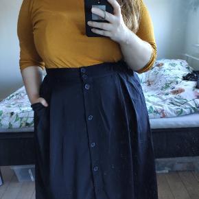 Lang mustard/senneps gul bluse med rullekrave. Aldrig brugt - kun vasket.