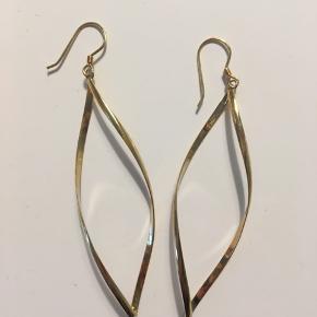 Super fine øreringe. Har desværre aldrig fået dem brugt, så de er gode som nye. De er fra A Hjort. Nypris var 350 kr.