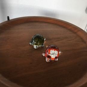 Skønne glas brevpresser skildpadder 8 cm lange 6 brede og 3 høje                 Pr. Stk 75kr   Randers nv ofte Århus Ålborg Odense København mm Sender gerne på købers regning   Til salg på flere sider