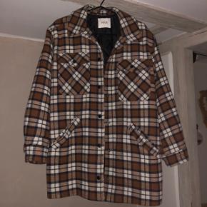 Fin jakke som passer S-M  Er en rigtig god overgangsjakke og kan bruges vinter med en varm trøje indenunder