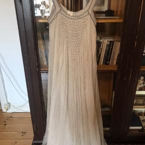Smukkeste silkecrepe maxi dress med foer i str 36 - smuk ecru farve og håndsyede perlearbejde på fronten.  Aldrig brugt.  Bytter ikke tak.  Prisen er fast tak.