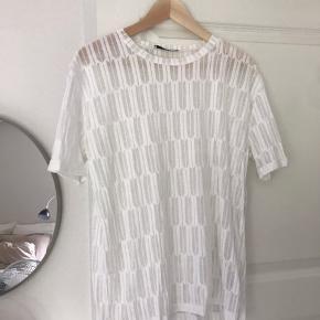 Cool t-shirt der kan styles på alverdens måder. Passes af Small og medium