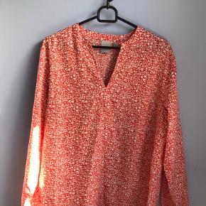 Viscoseblanding, farven er mere klar orange end på billedet  længde 68cm, bryst ca 106 cm