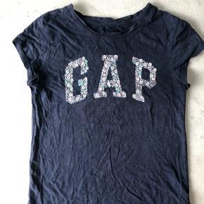 Mørkeblå GAP T-shirt med blomster i skriften.   Str. 12 år/ XL