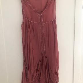 Utrolig lækker sommer-kjole En meget let & luftig type, mega flot farve til en med flot kulør & den har flotte detaljer. Giv et bud....
