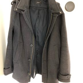 Passe m/l god overgangs jakke med hætte. Mørke grå.