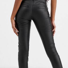 Fede skindbukser i jeans model fra engelske Lab Leather. Bukserne er helt lange, de er foldet op på billedet. Brugt to gange. Desværre er de for store, så jeg får dem ikke brugt.