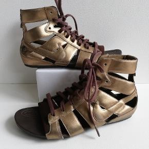 Nike Gladiator sandaler Farve: Guld  Brugt få gange - pæn stand  Indvendig mål: 23 cm  Pris: 300,- plus porto  Fast pris Sender med DAO
