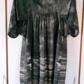 Varetype: Kjole Farve: sort,brun,sand.  Lækker fin kjole i 100% Silke, som er brugt 1 gang. Læg foran på brystet og med kort ærme. Sælges for en veninde.   Mål er Længden 98 cm Brystmål 2 x 50 cm   ¤¤¤ BYTTER IKKE ¤¤¤