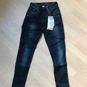 De fedeste mørke jeans med lidt slid effekt..Bemærk : lynlås defekt derfor den billige pris😉 Aldrig brugt : nypris 799,-